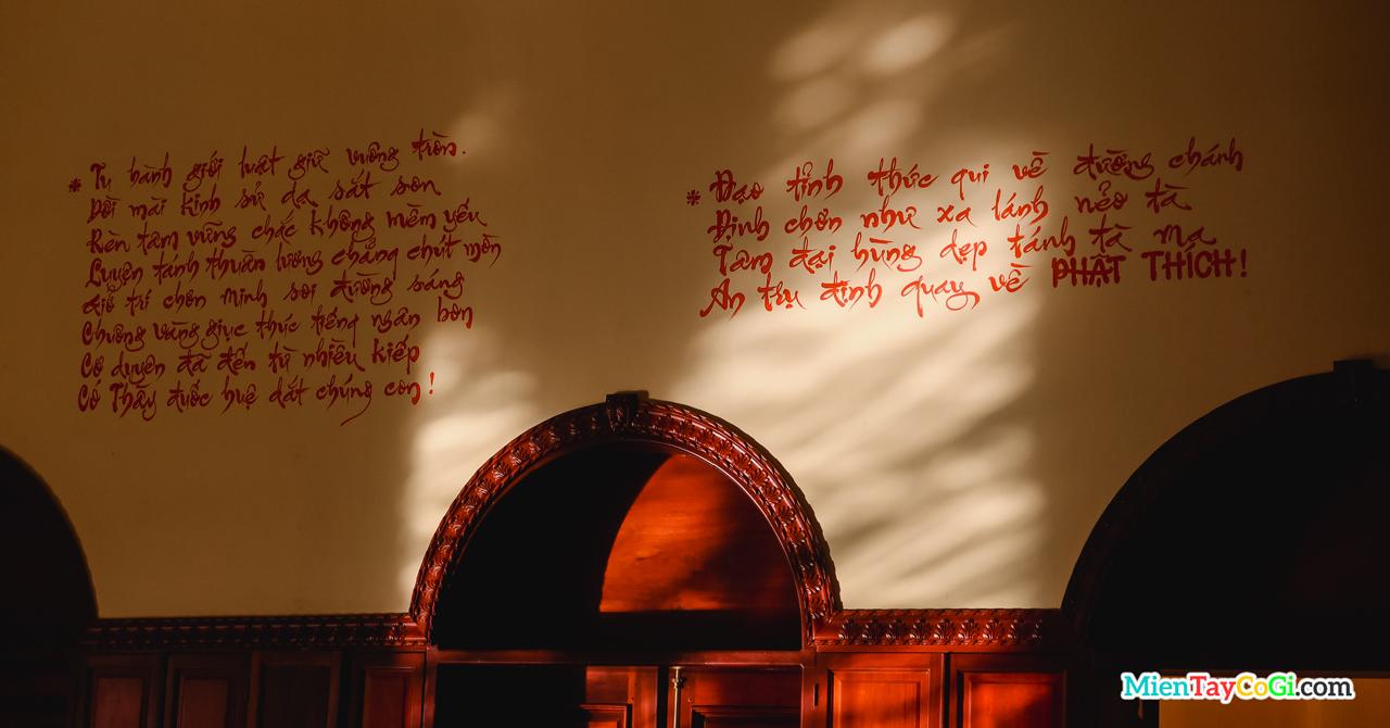 Những câu thơ về Phật pháp được khắn lên tường Chánh điện chùa Bửu Pháp