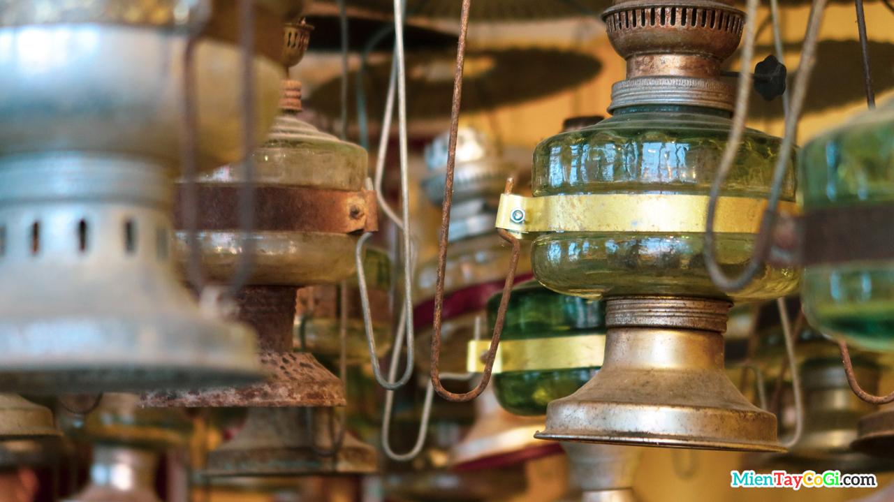 Những chiếc đèn dầu xưa được treo ở Cổ Ngoạn cafe