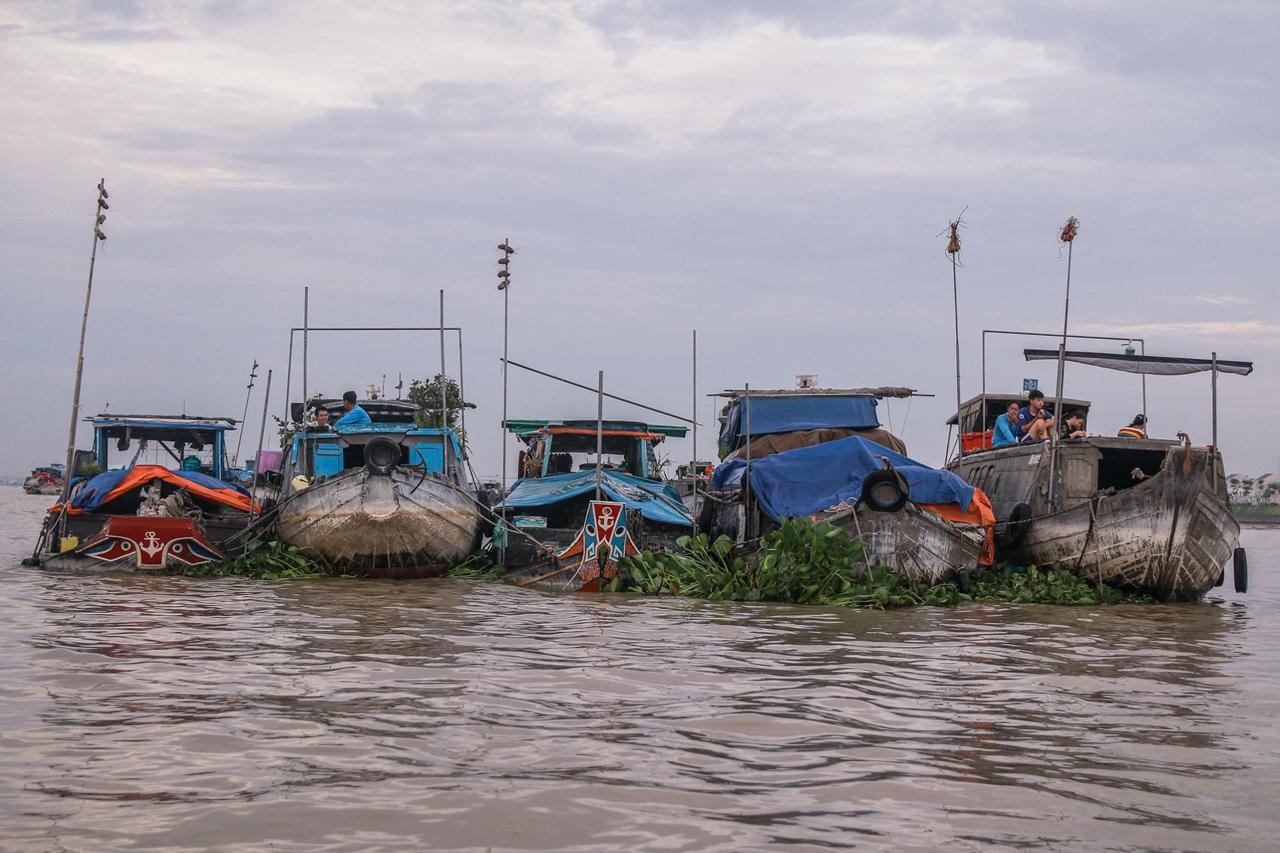 Những ghe thuyền neo đậu tại sông Hậu