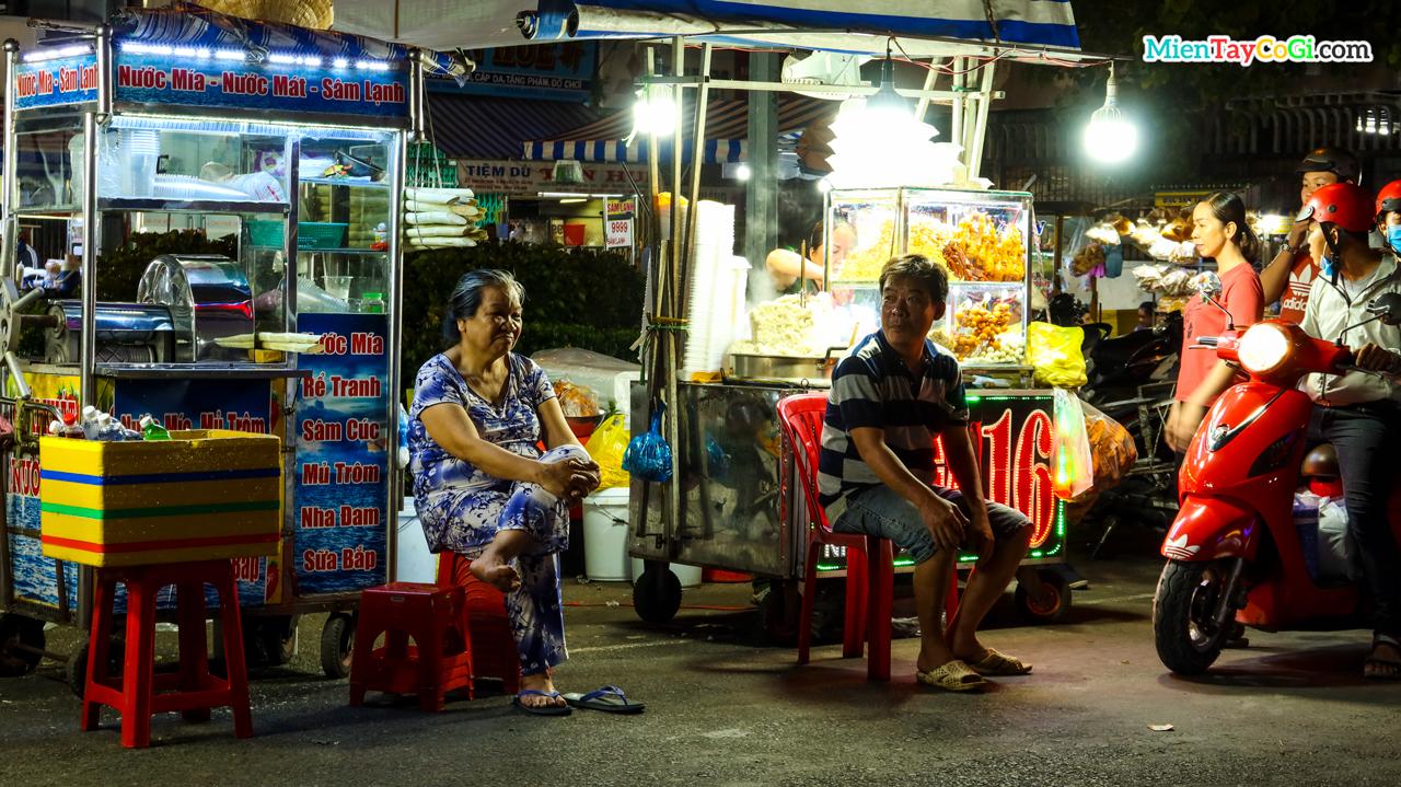 Những người bán hàng ở chợ đêm Ninh Kiều