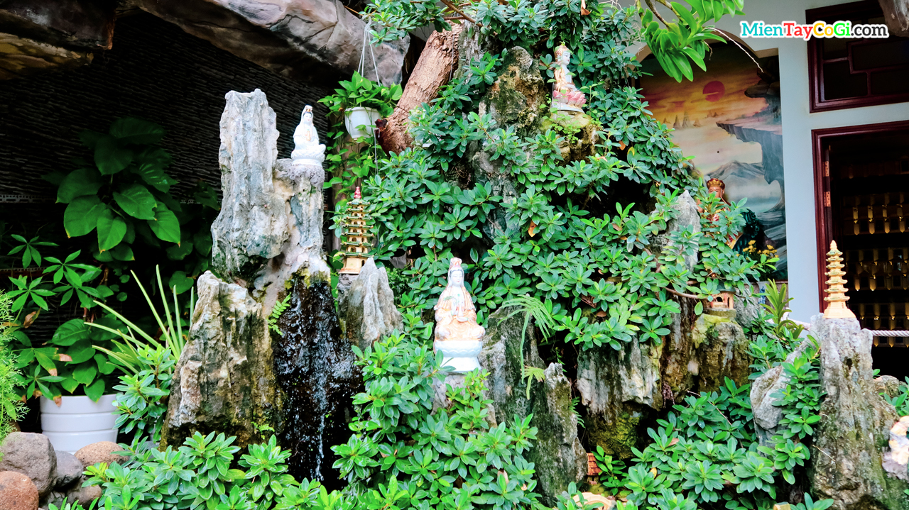 Non bộ với nhiều tượng Phật nhỏ trang trí bên trên