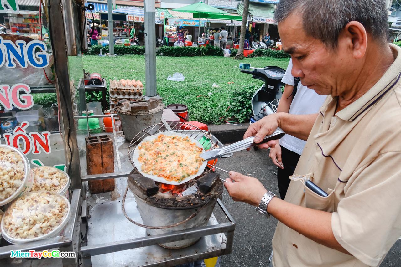 Nướng bánh tráng ở chợ đêm bến Ninh Kiều