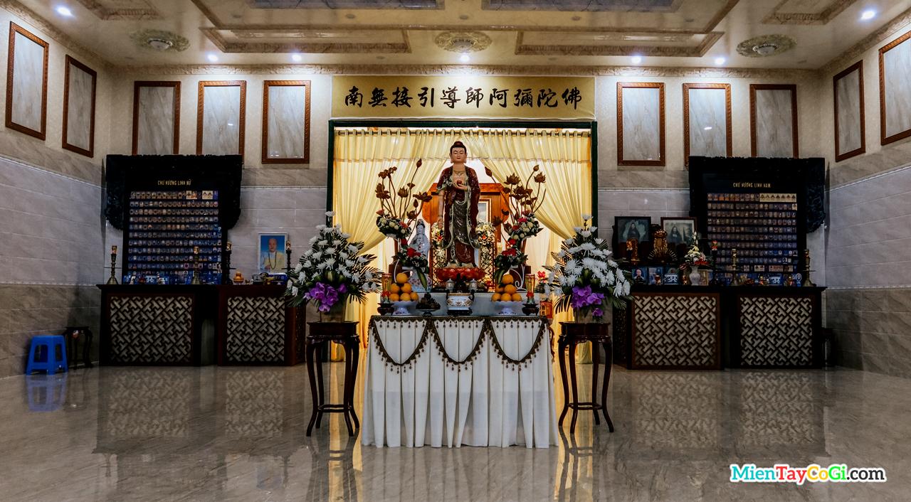 Phòng thờ linh vị bên trong Chánh điện chùa Thiên Quang