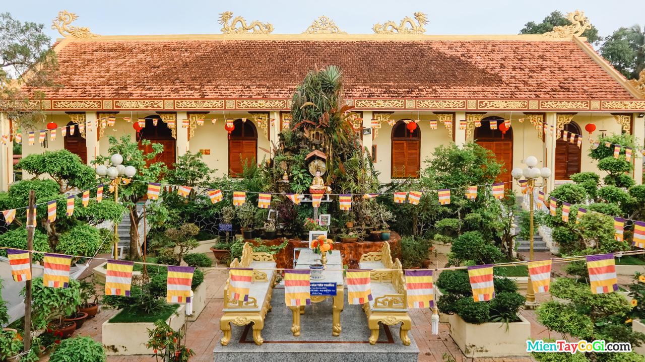 Sân Tiên Trưởng nằm trước Chánh Điện chùa Hiệp Minh - Đàn Tiên Cái Khế Cần Thơ