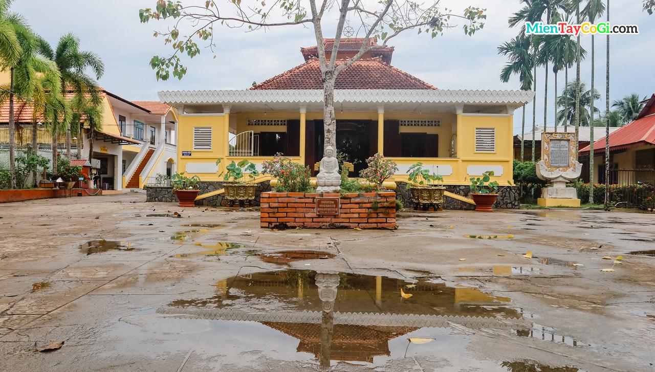 Sân trước chùa Long Quang Cần Thơ