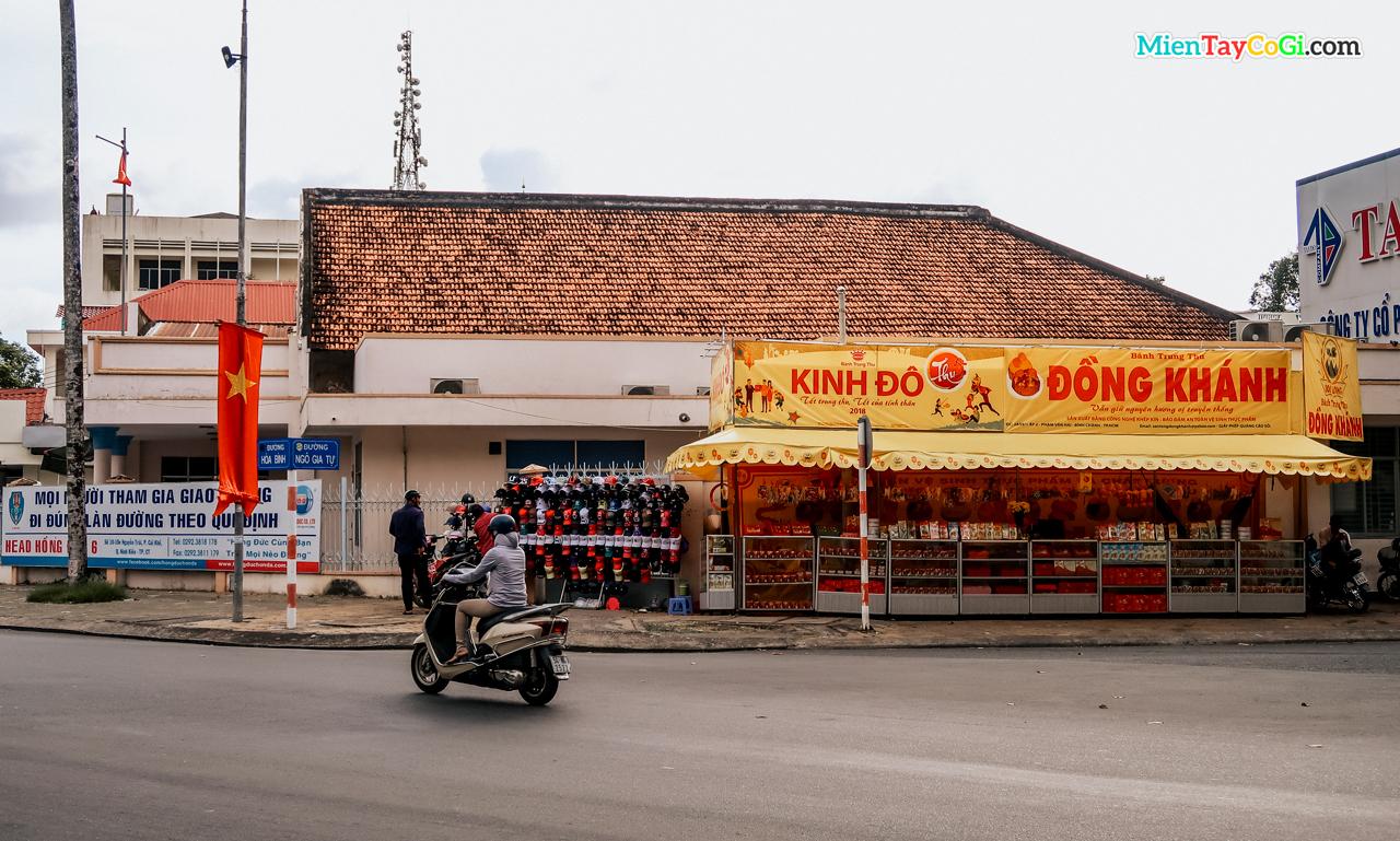 Sạp bán bánh trung thu ở vòng xoay nối đường Ngô Gia Tự với Đại Lộ Hòa Bình - Cần Thơ