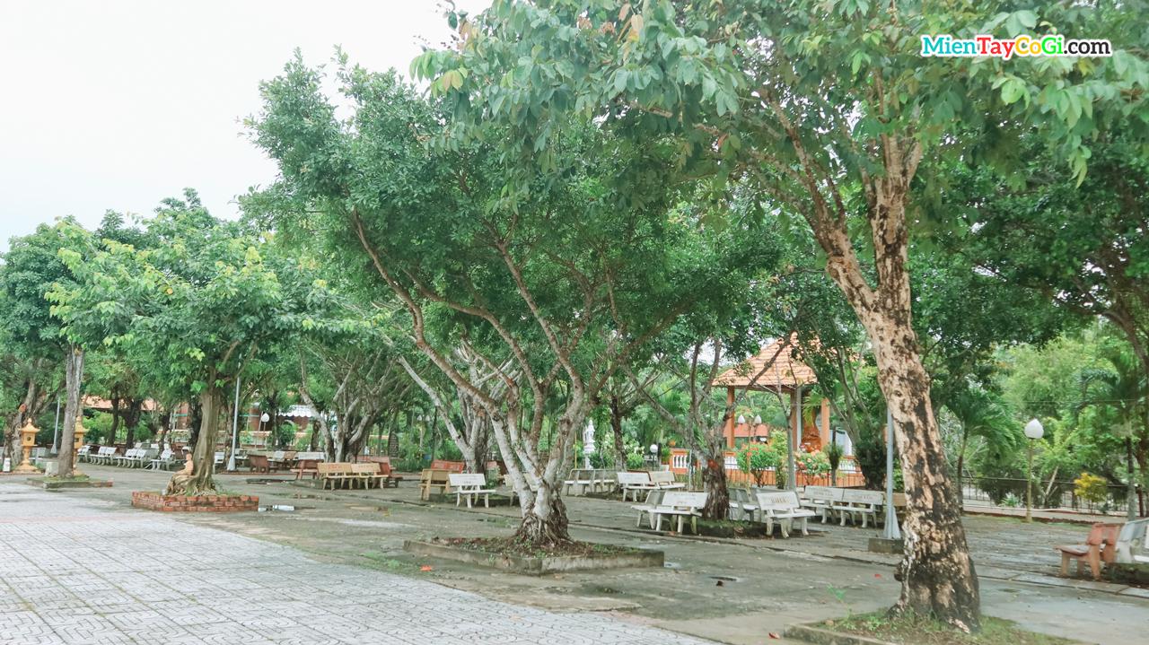 Sau sân vườn chùa có trồng nhiều cây xanh phủ bóng