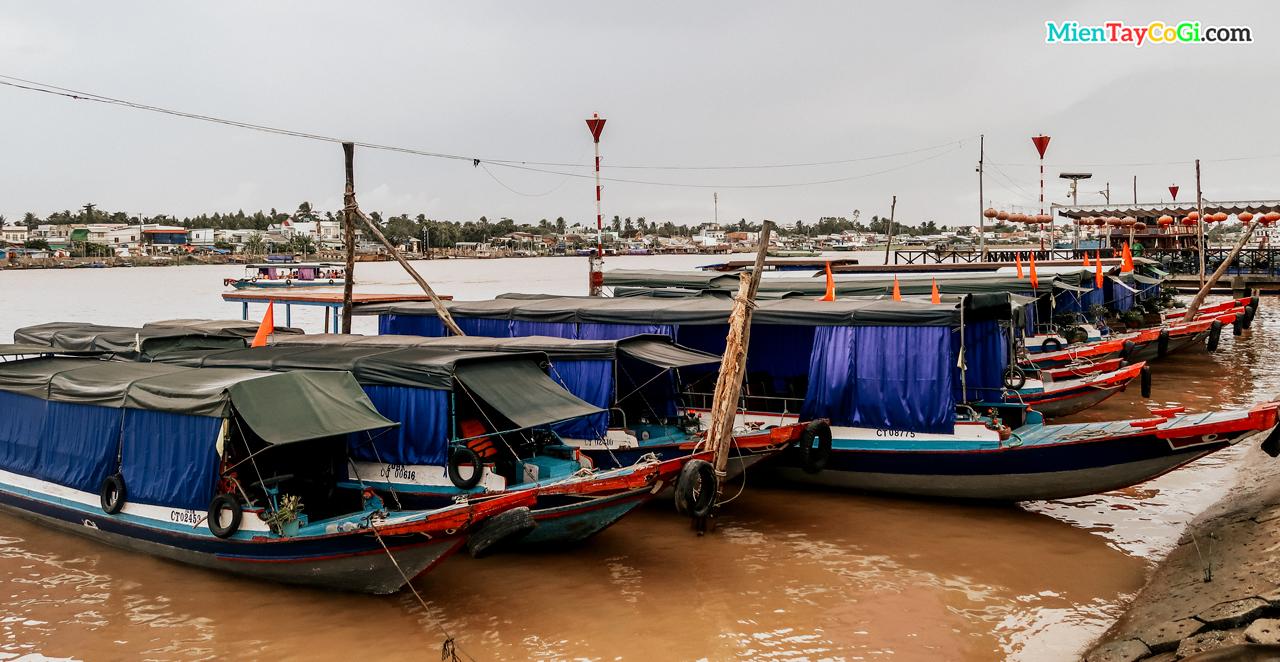 Tàu chở khách du lịch neo đậu tại bến Ninh Kiều