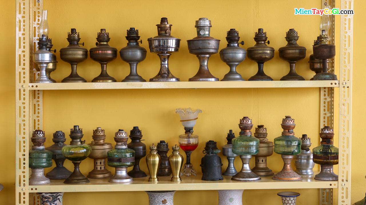Tủ trưng bày các loại đèn dầu xưa ở Cổ Ngoạn cafe