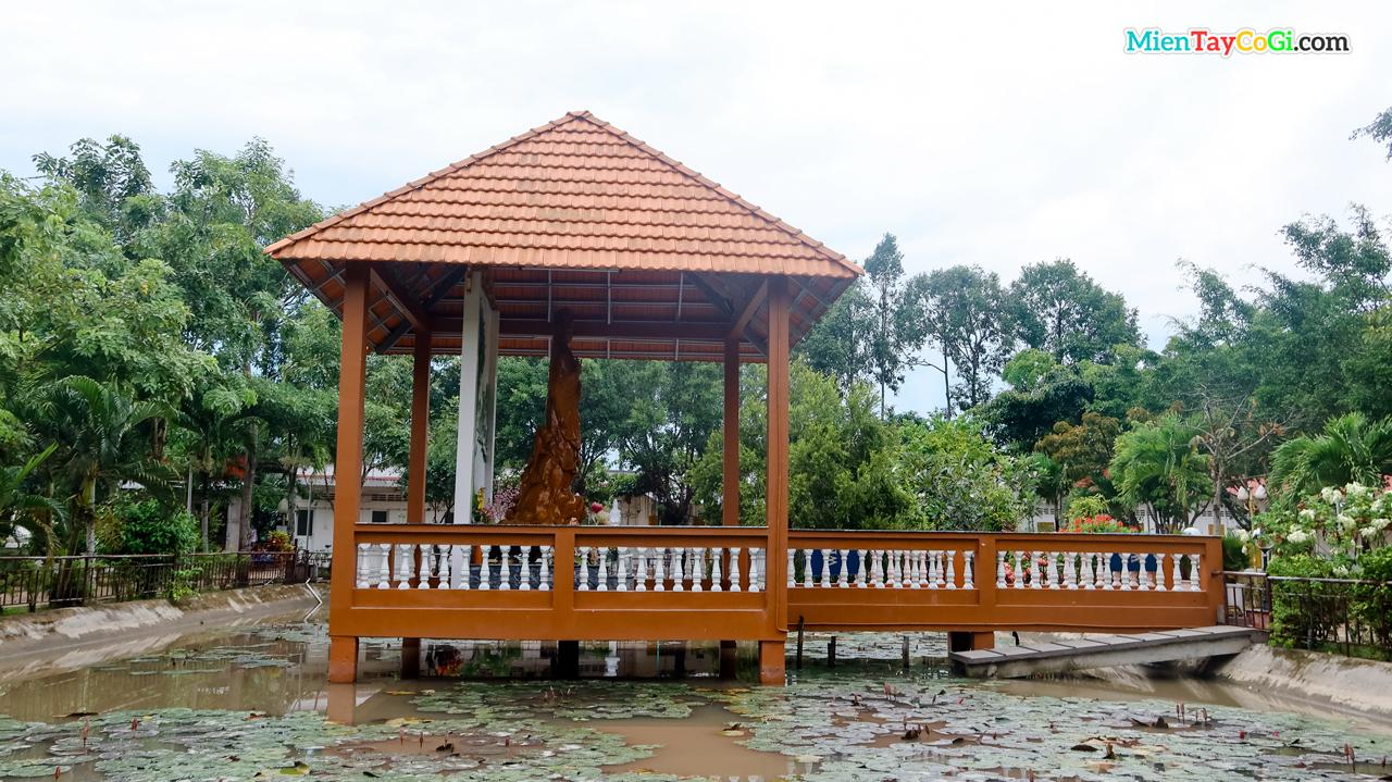 Tượng Bồ Tát giữa ao sen chùa