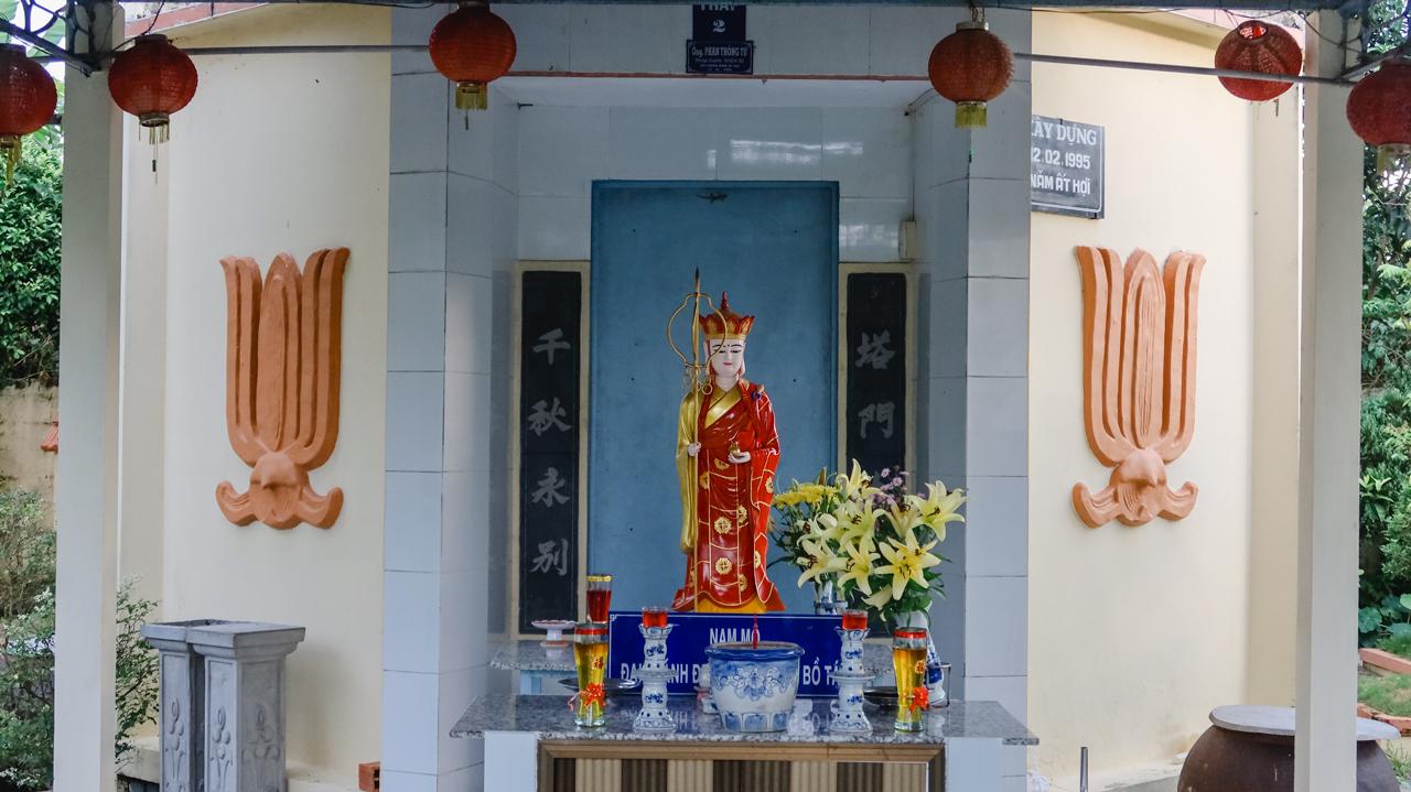 Tượng Địa Tạng Vương Bồ Tát trước tháp mộ chùa Hiệp Minh