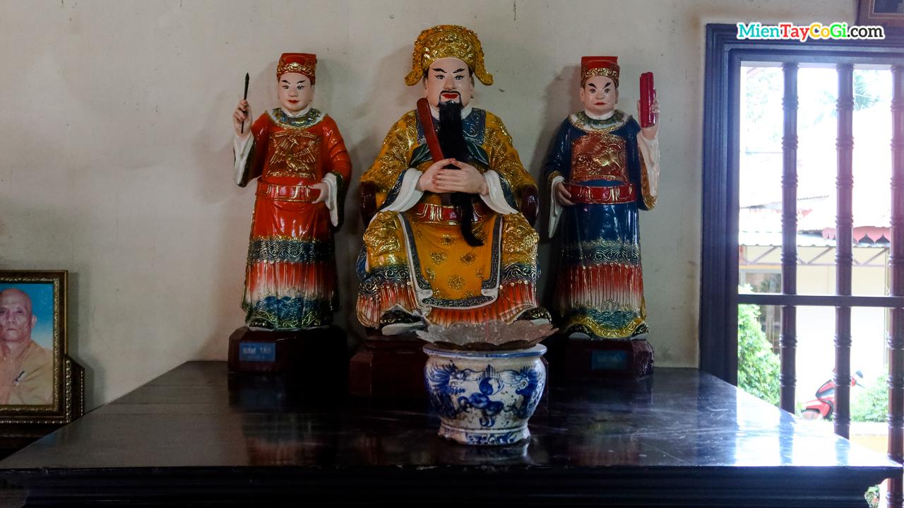 Tượng Ngọc Hoàng Đại Đế và 2 bên là Nam Tào, Bắc Đẩu