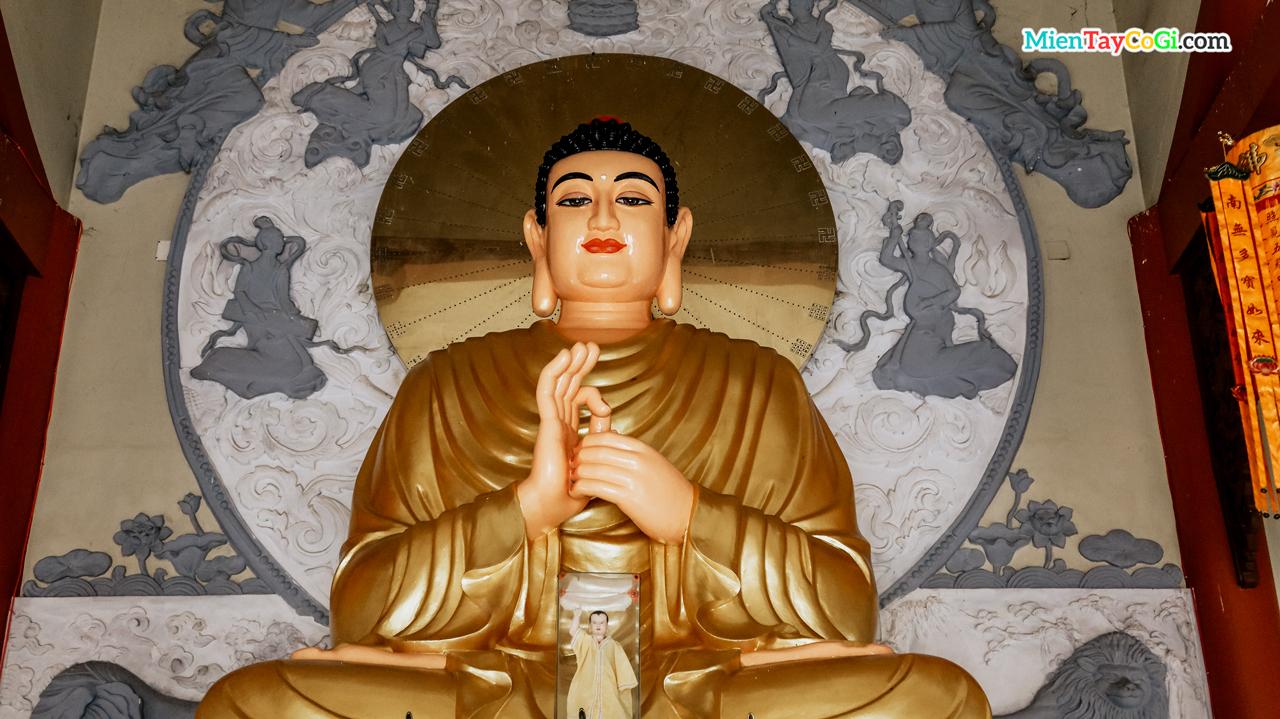 Tượng Phật A Di Đà trong chánh điện chùa Thiên Quang