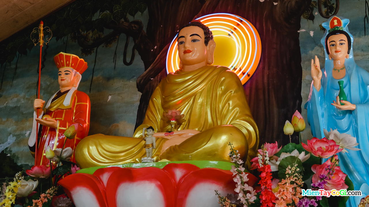 Tượng Phật A Di Đà ở Chánh Điện