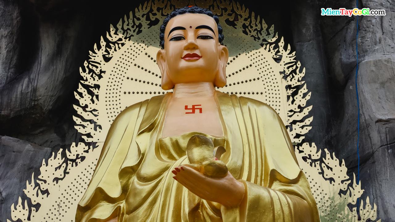 Tượng Phật A Di Đà phía sau vườn chùa Thiên Quang