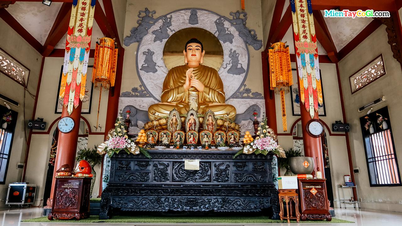 Tượng Phật ở trong chánh điện Thiên Quang Tự