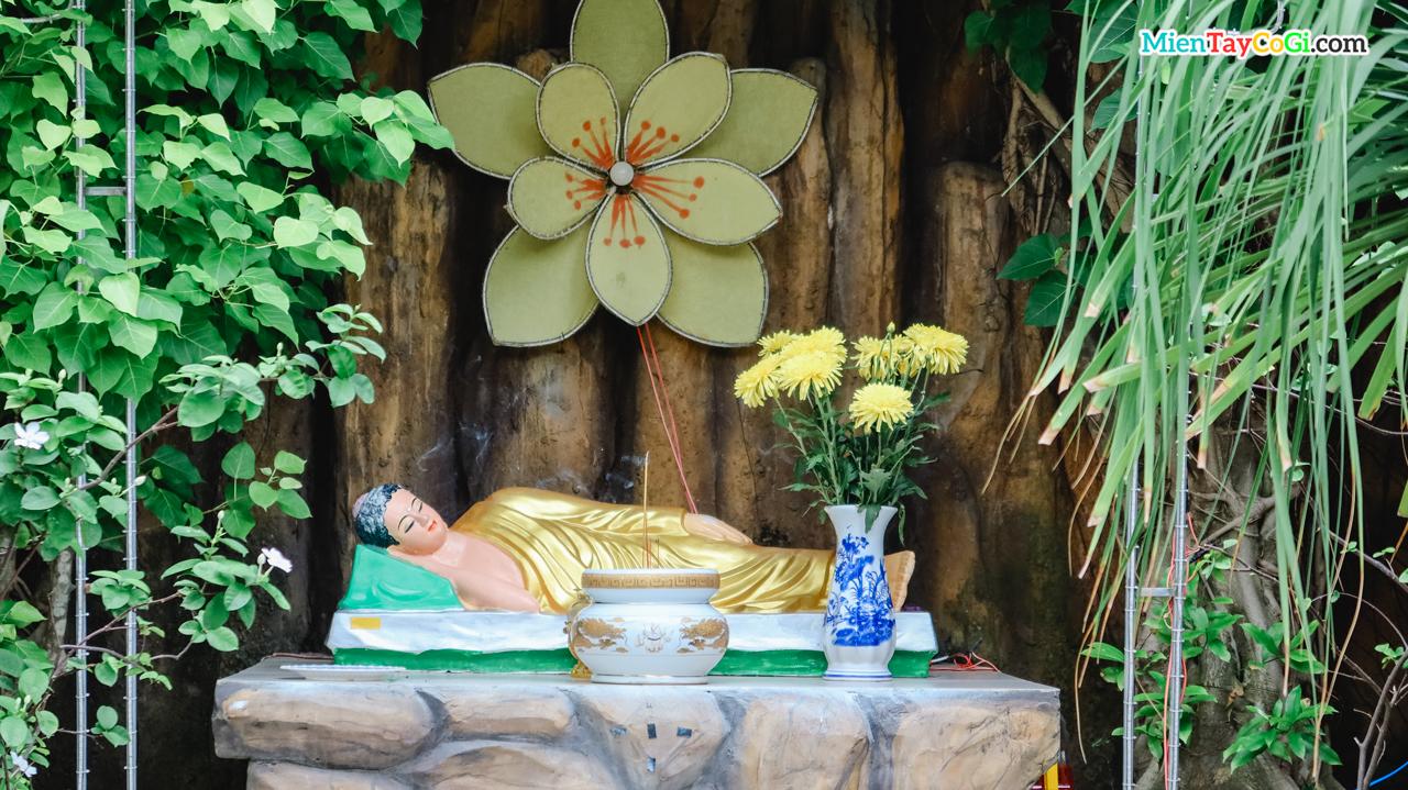 Tượng Phật Thích Ca tư thế nằm ở ngoài vườn chùa Thiên Quang