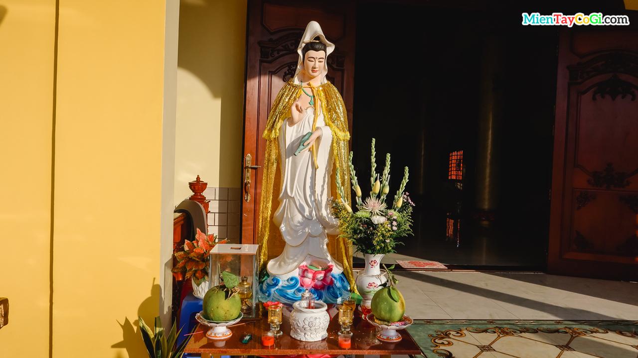 Tượng Quan Thế Âm Bồ Tát đặt ở trước chánh điện tầng trên chùa Bửu Pháp