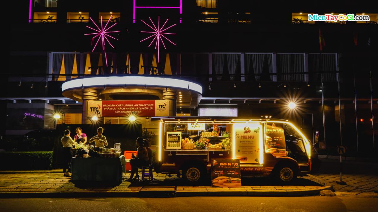 Xe bánh mì và trái cây dầm ở bến Nnh Kiều về đêm