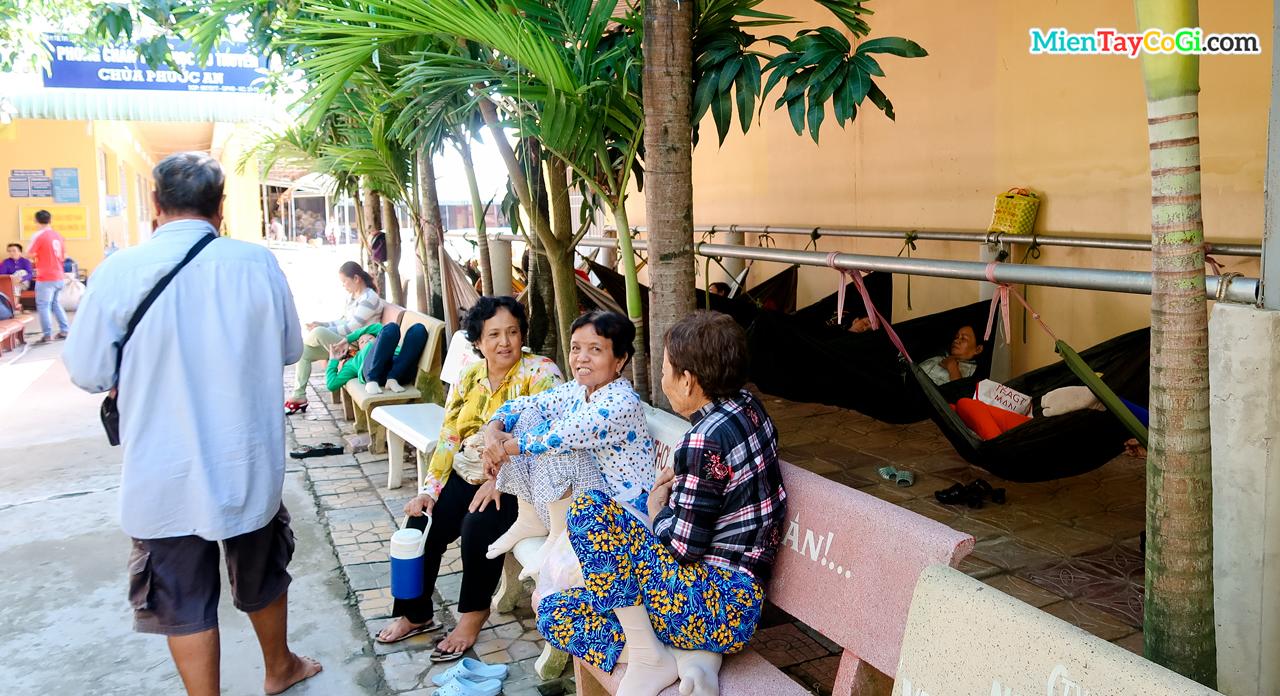 Bà con chờ đợi đến lượt khám bệnh ở chùa Phước An