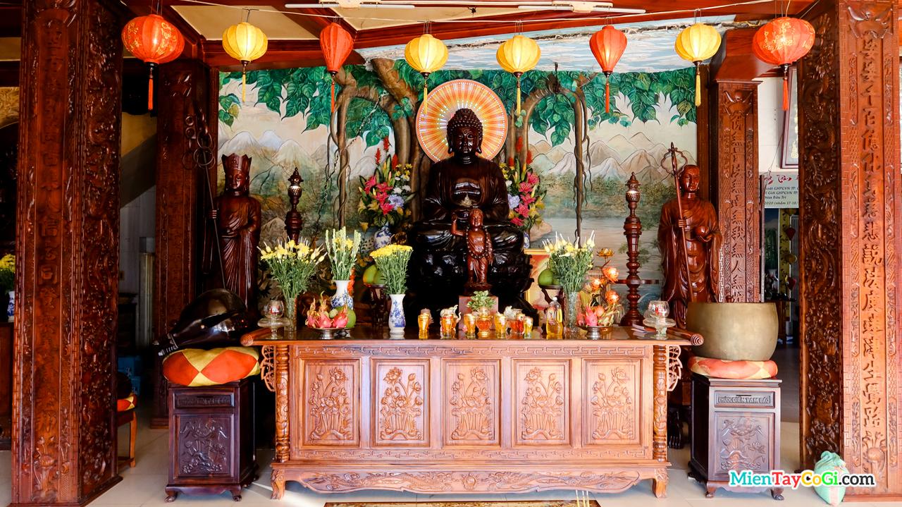 Bàn thờ Phật A Di Đà ở Chánh điện chùa Bửu Trì Cần Thơ