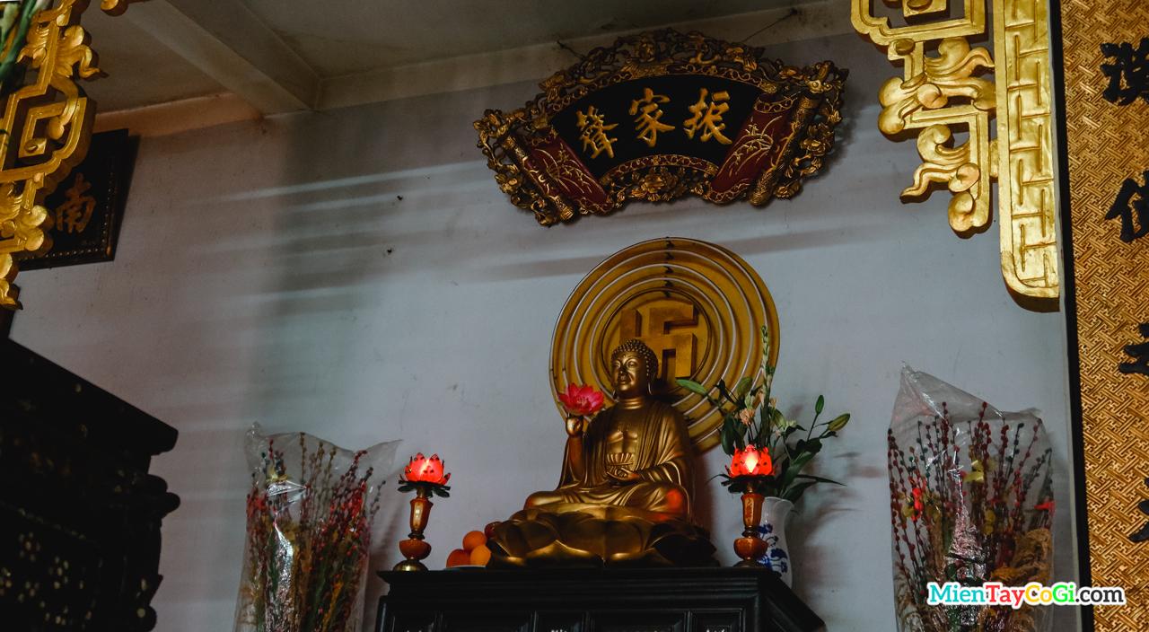 Bàn thờ Phật A Di Đà ở Chánh điện tầng dưới chùa Bảo An