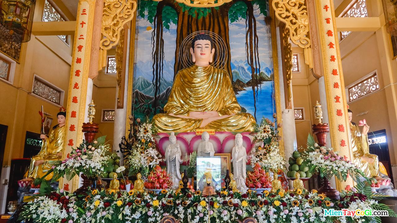Bàn thờ Phật A Di Đà ở Chánh Điện chùa Phước An