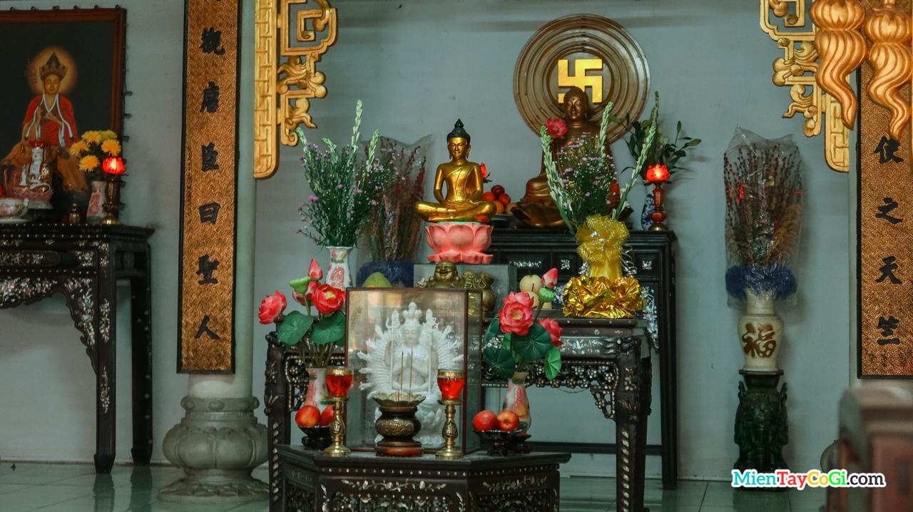 Bàn thờ Phật ở Chánh Điện chùa Bảo An Cần Thơ