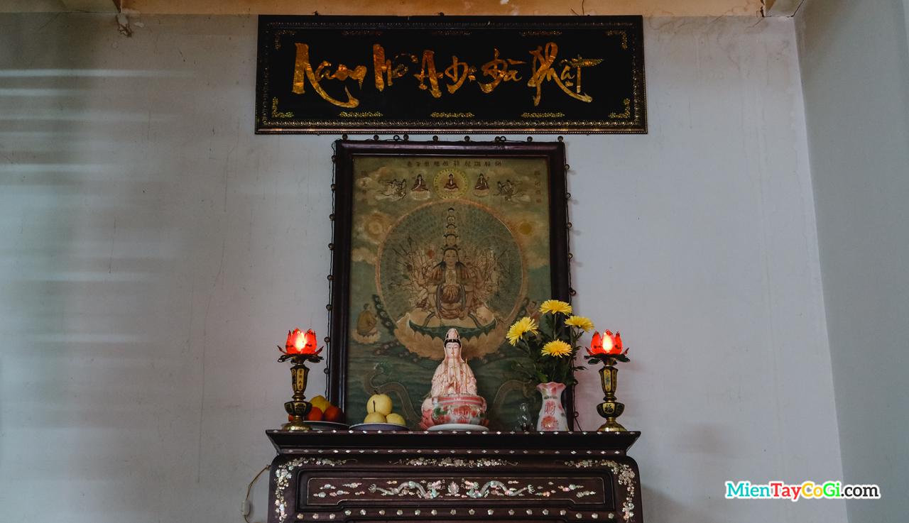 Bàn thờ treo bức họa cổ Phật mẫu Chuẩn Đề