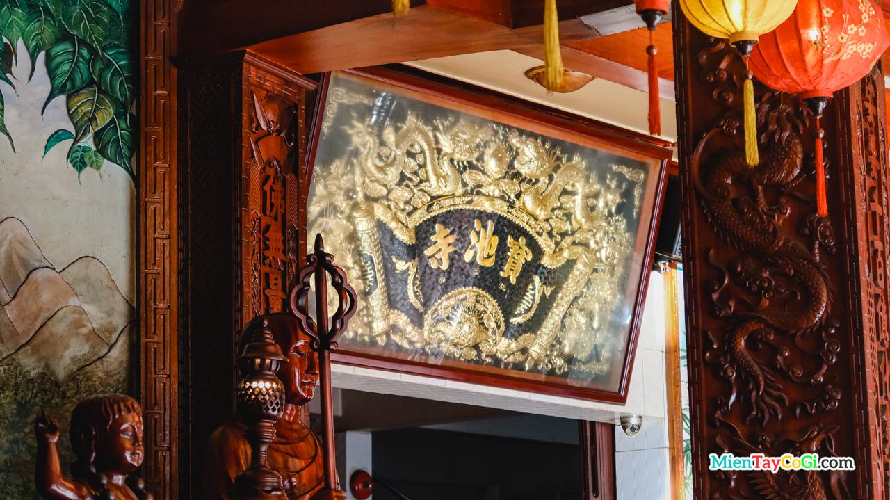 Bảng hiệu tiếng Hán chùa Bửu Trì