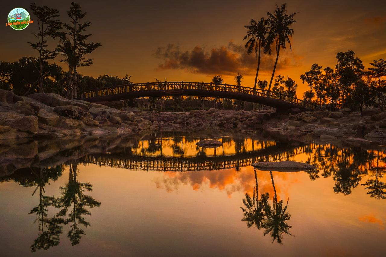 Cầu Vàng tuyệt đẹp ở công viên nước Núi Cấm