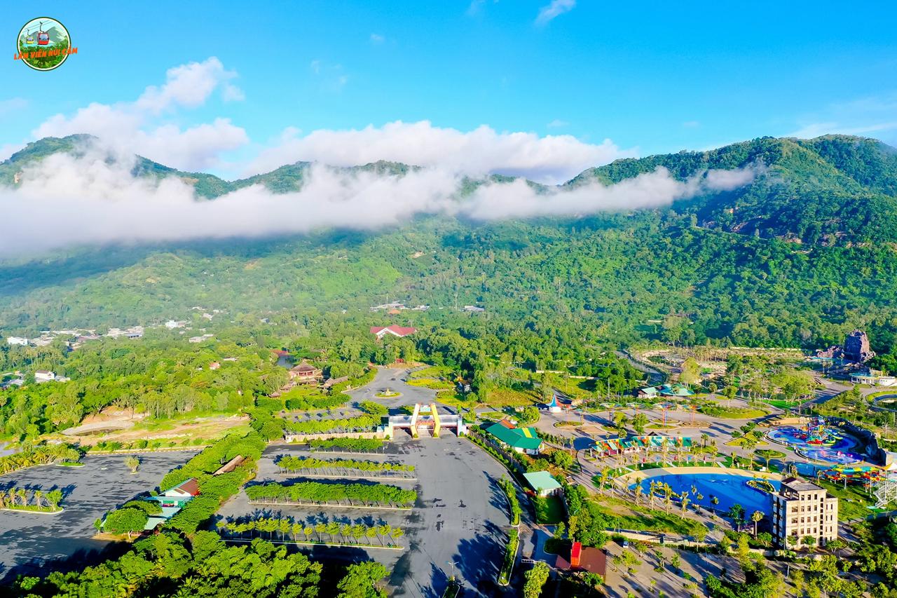 Công viên nước Thanh Long thuộc khu du lịch Lâm Viên ở chân Núi Cấm