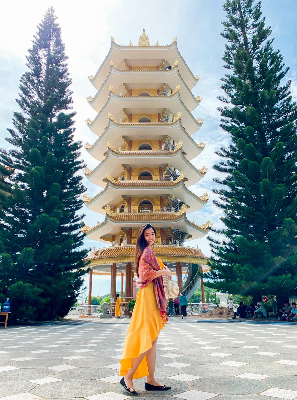 Khách du lịch check in ở chùa Vạn Linh