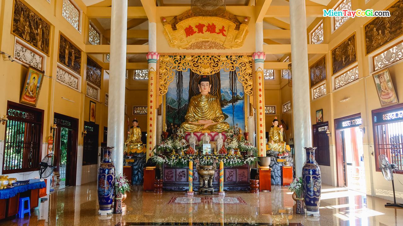 Không gian bên trong chánh điện chùa Phước An