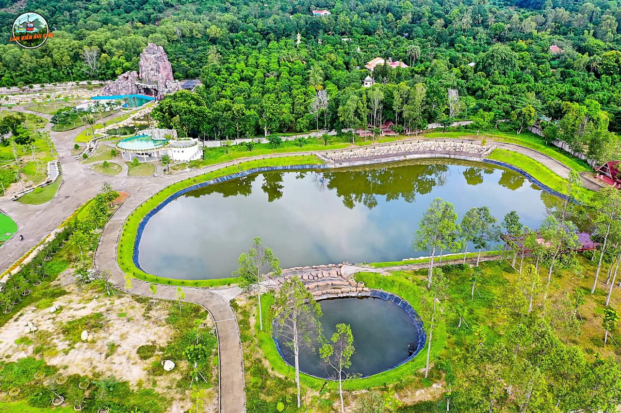 Khu hồ nước cạnh khu giải trí công viên nước