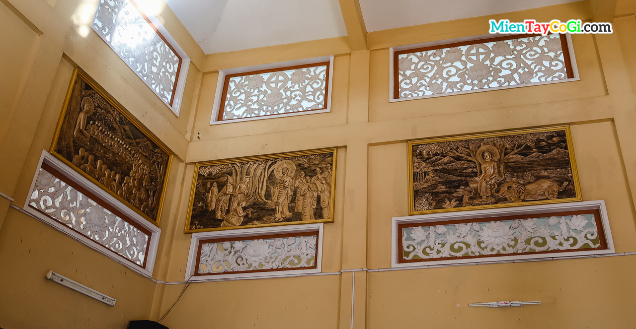 Những bức điêu khắc về cuộc đời đức Phật được treo trên trần Chánh điện chùa Phước An