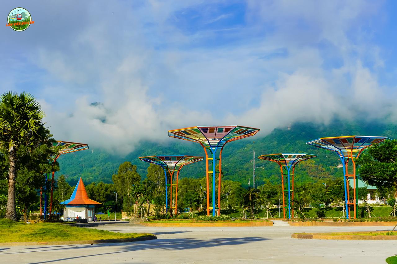 Những cây cột nhiều màu trang trí tại công viên