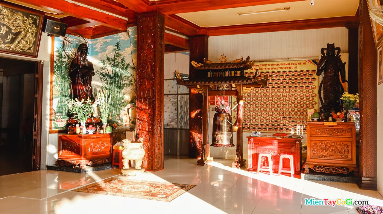 Nơi thờ Quan Thế Âm Bồ Tát ở Chánh điện tầng dưới