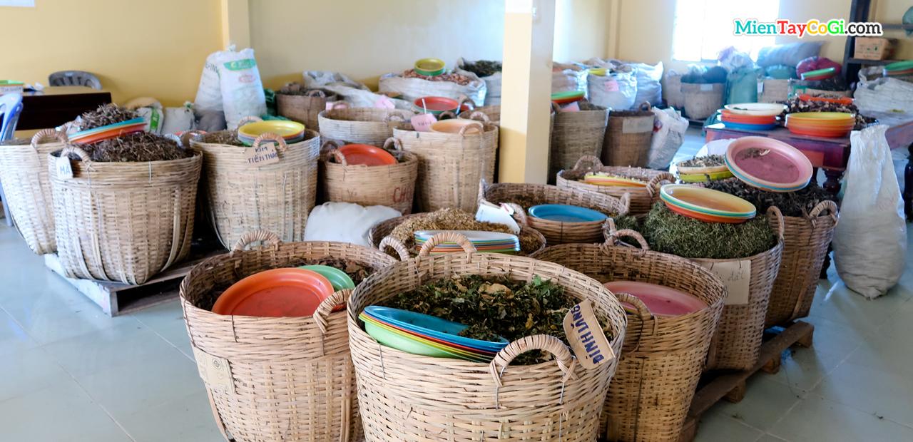 Phòng chứa các loại thuốc nam của chùa Phước An Cần Thơ