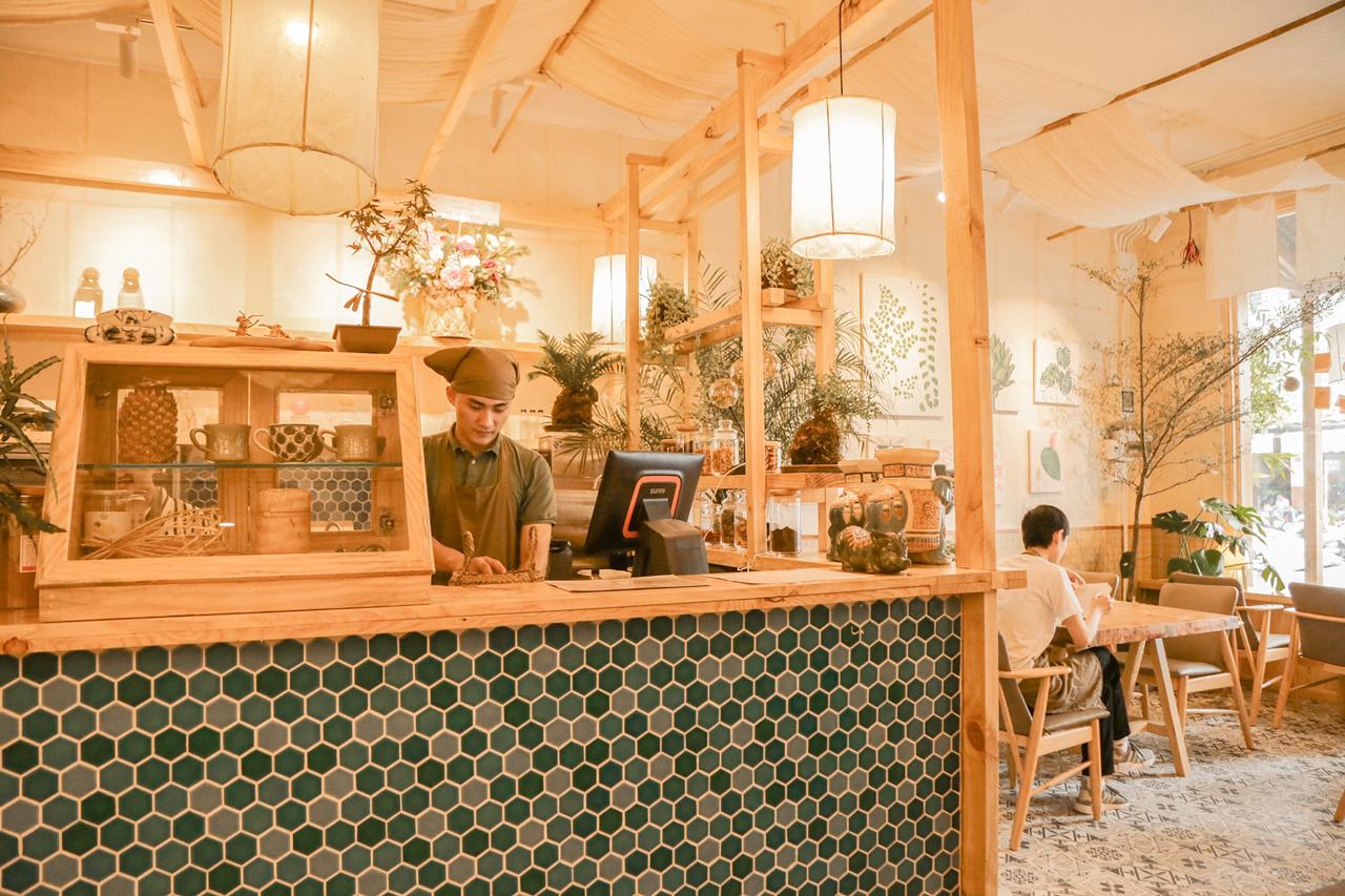 Quầy bar sau cửa vào của quán Hoa Yên