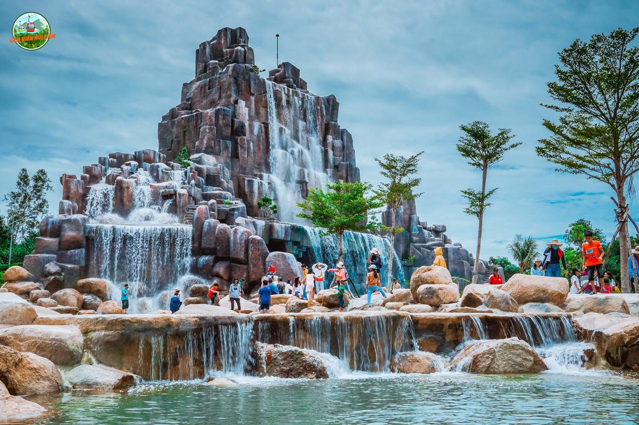 Suối thác nhân tạo của Công viên nước núi Cấm