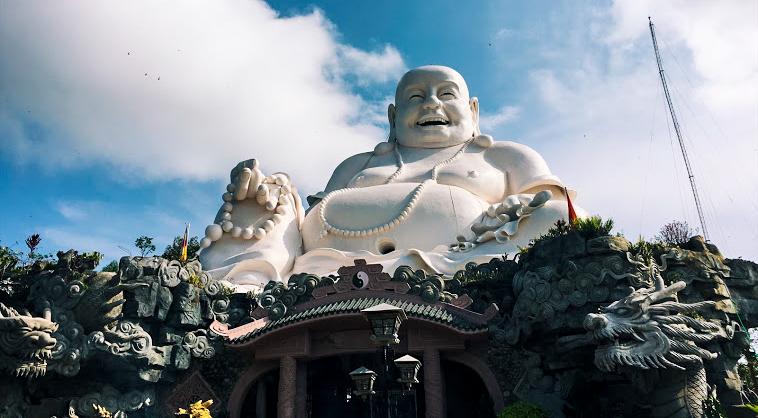 Tượng Di Lặc ở đỉnh núi lớn nhất Việt Nam