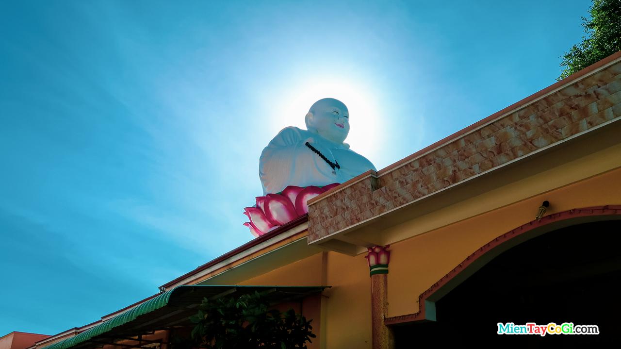 Tượng Phật Di Lặc ngồi trên đài sen ở bên phải cổng vào chùa Phước An