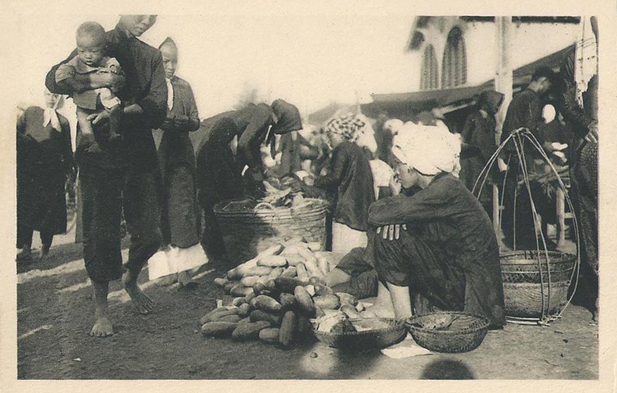 Người bán dựa chuột ngoài chợ