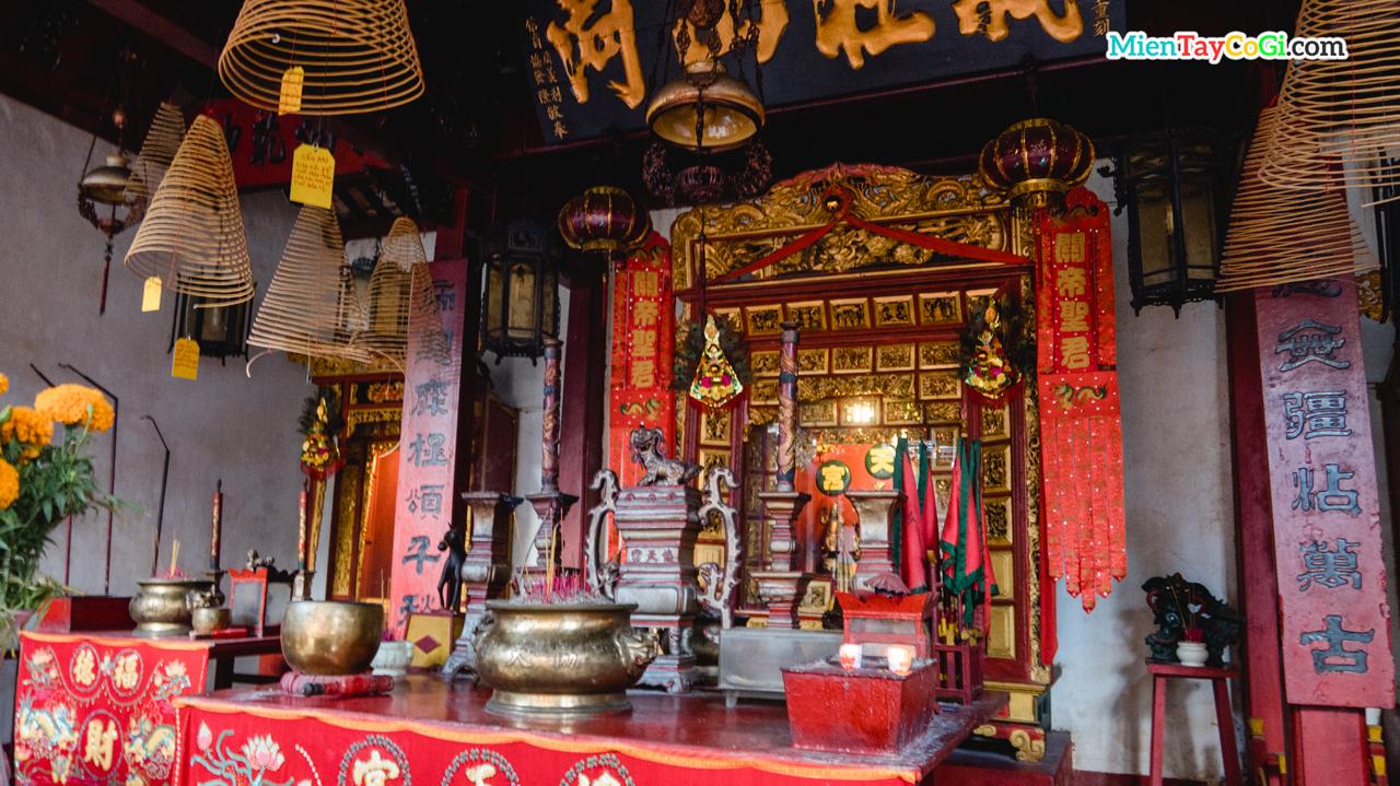 Bàn thờ lớn bên trong chánh điện Hiệp Thiên Cung