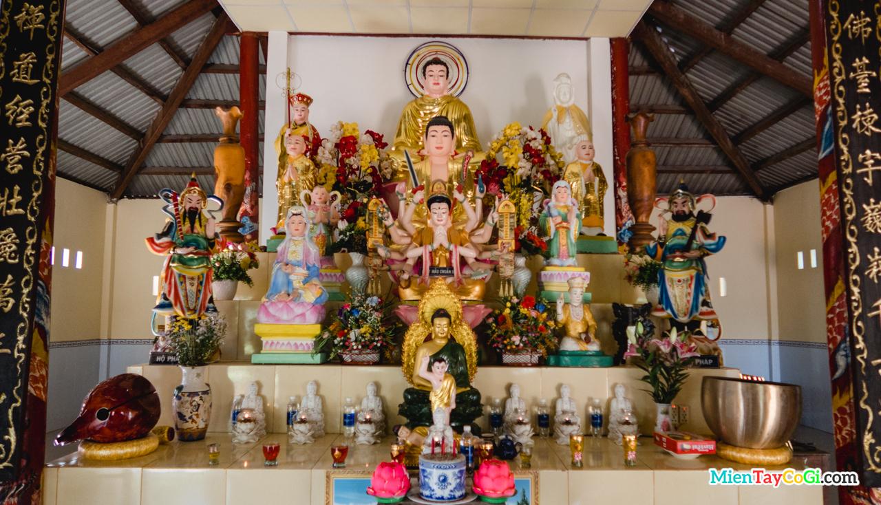 Bàn thờ ở Chánh điện chùa Thiên Phước Cần Thơ