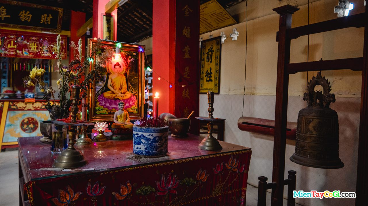 Bàn thờ Phật Thích Ca chùa Ông Đầu Sấu