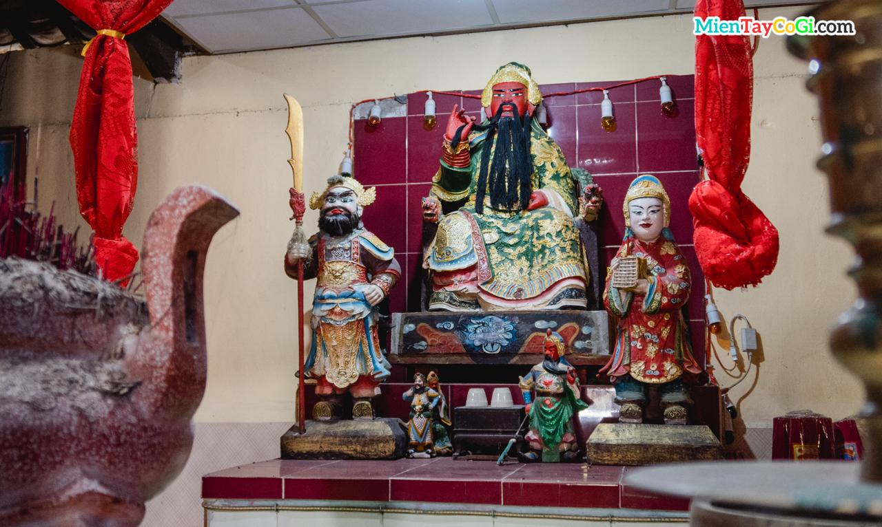 Bàn thờ Quan Công chùa Ông Vàm Đầu Sấu