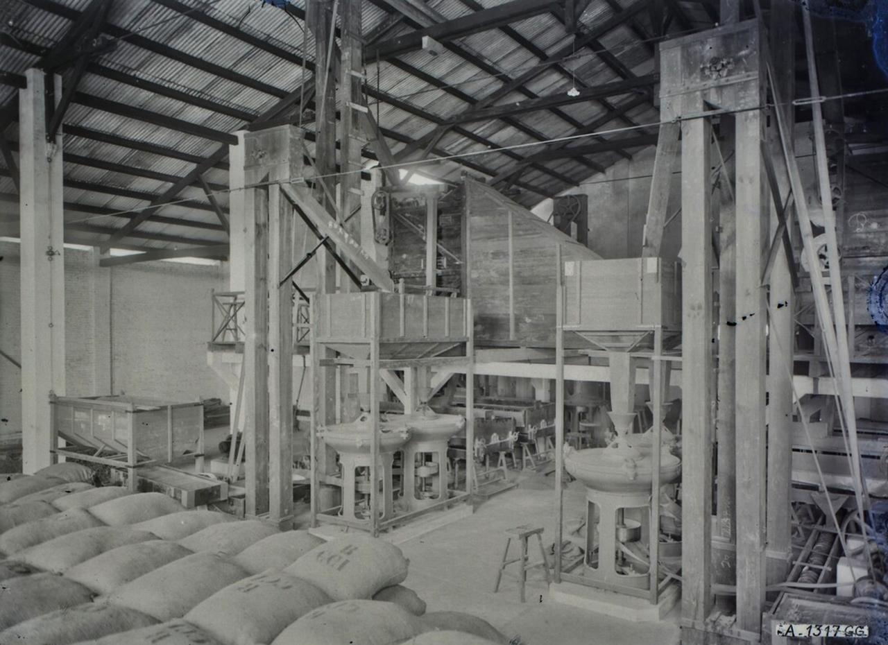 Bên trong nhà máy xay lúa Bạc Liêu thập niên 1920s
