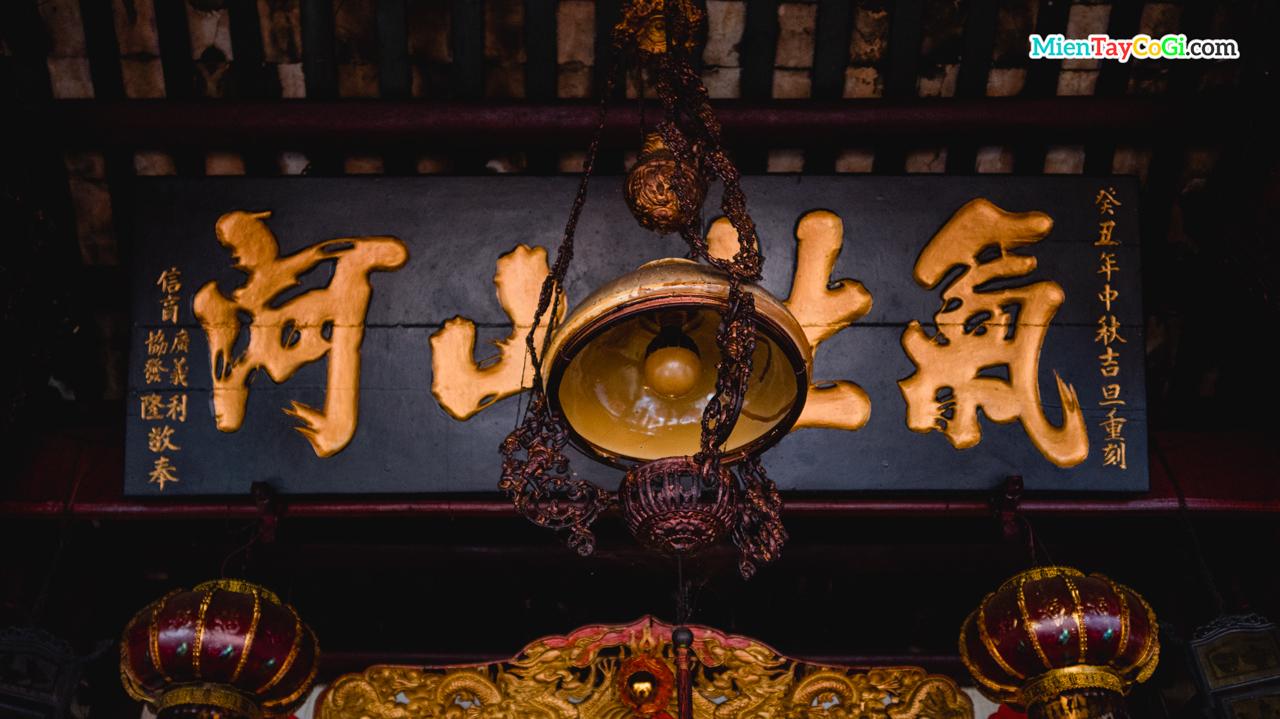 Chiếc đèn cổ bên trong chánh điện Hiệp Thiên Cung